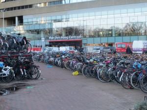 Fietsen op stationsplein Den Haag Centraal